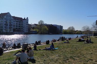 La cultura del picnic es muy común en Alemania, por lo que cientos de personas salieron a las plazas una vez que el país comenzó a relajar las medidas de distanciamiento social por la pandemia de coronavirus