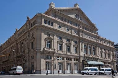 El Teatro Colón, que justamente cumple años un 25 de mayo, es uno de los edificios más emblemáticos de nuestra ciudad