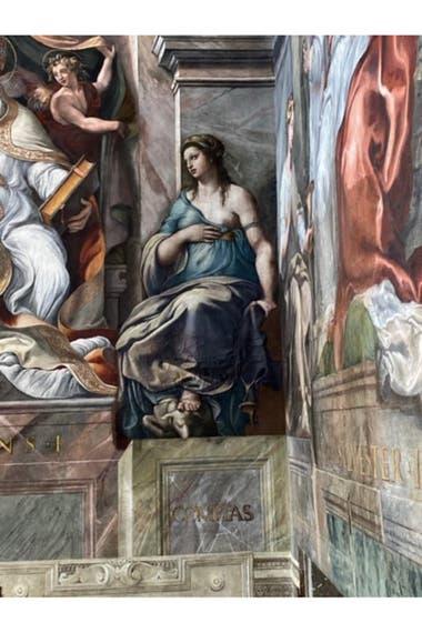 La restauración que revela el último Rafael, una figura alegórica femenina, en una de las paredes del Salón de Constantino de los Museos Vaticanos