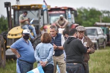 Luis Miguel Etchevehere, en el centro, hablando con otros productores