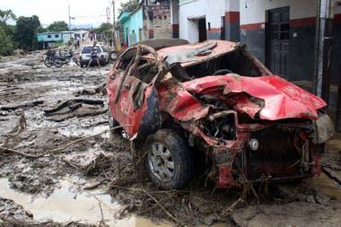 Un auto destruido en medio del barro por las crecidas