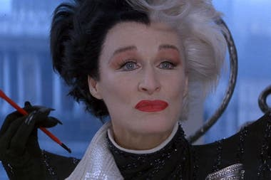 Glenn Close como Cruella DeVil, una de las más memorables villanas de Disney, en 101 dálmatas