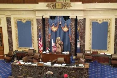 Q-Shaman llegó incluso a ingresar en la cámara del senado y se paró en el estrado del presidente de ese recinto