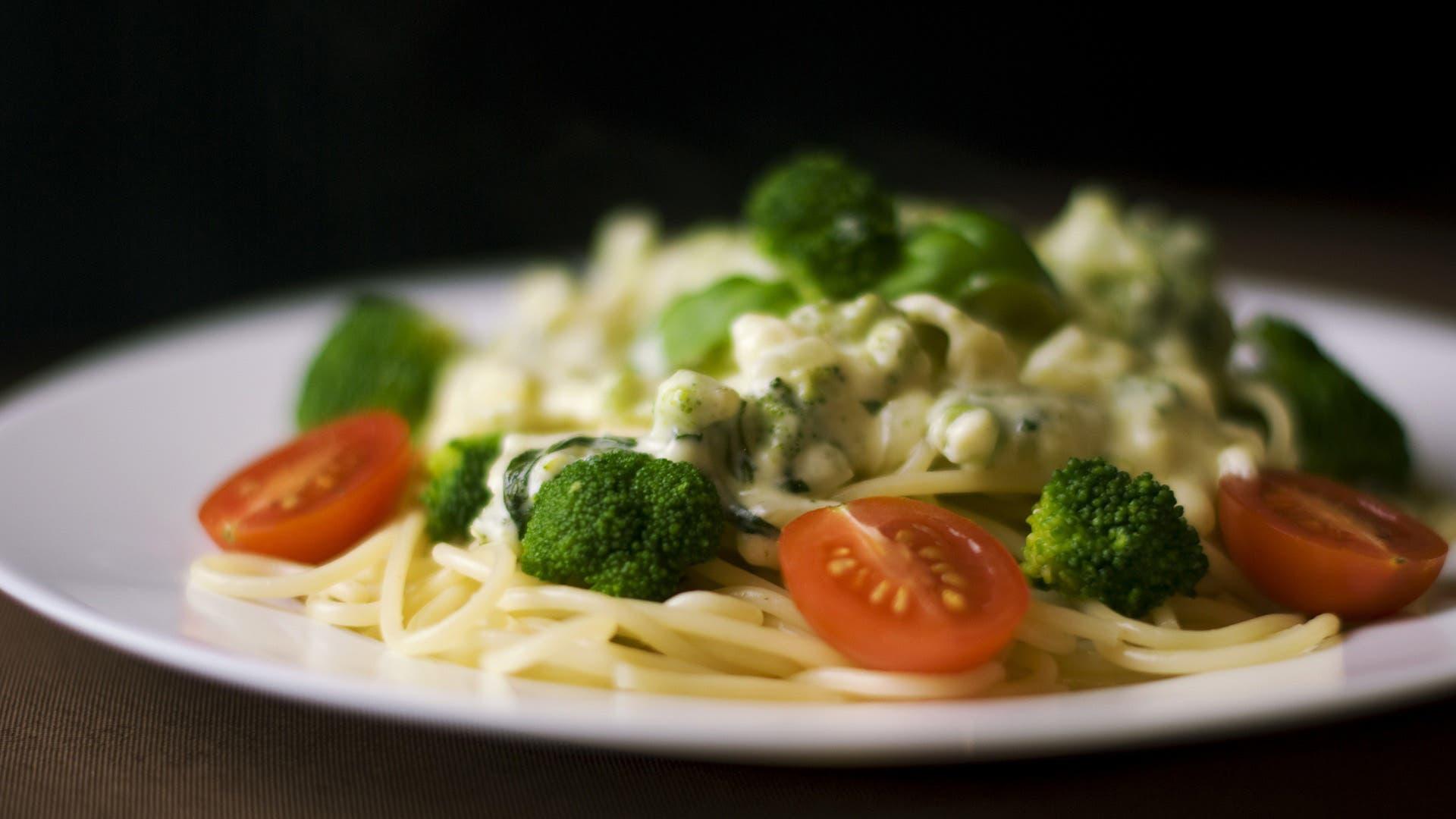 ¿Es saludable comer alimentos por la noche?