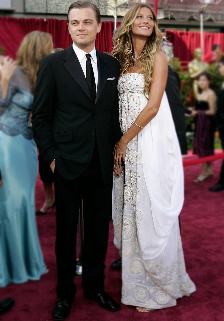 Probablemente solo Gisele Bündchen pudo lucir un vestido con las características de este traje blanco de Dior con corte imperio y hacerlo funcionar; para coronar un 2005 exitoso, la entonces pareja de Leonardo Di Caprio fue la inspiración de todas las novias de ese año