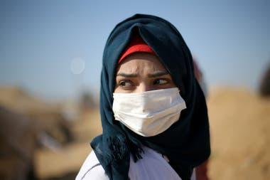 Una médica palestina usa un barbijo para contrarrestar los gases