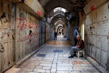 Las tiendas cerradas en la Ciudad Vieja de Jerusalén durante una huelga general en solidaridad con los asesinados en Gaza durante las protestas contra el traslado de la embajada de EE. UU. a Jerusalén