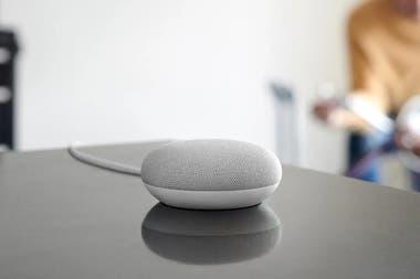 Google Home Mini es el más económico de los tres parlantes que vende Google: 39 dólares en EE.UU.