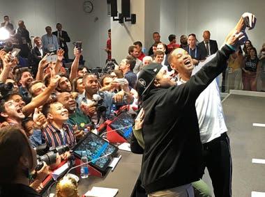 La selfie de Will Smith y Nicky Jam con los periodistas en Moscú