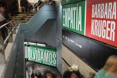 Detalle de Empatía, intervención realizada por Barbara Kruger en el subte de México en 2016