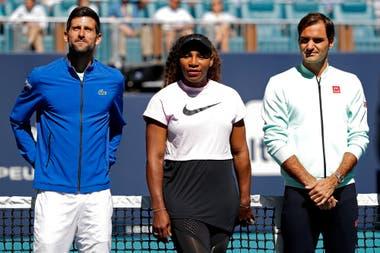 Novak Djokovic, Serena Williams, Roger Federer asisten a la ceremonia de corte de cinta celebrada en la cancha central durante el Miami Open