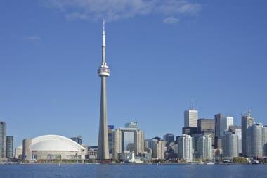 La Cn Tower en Toronto, con miradores, restaurantes y propuestas de aventuera