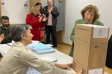 Amalia Karger. Con 93 años fue a votar al colegio mayor argentino en Madrid donde su gesto fue aplaudido por autoridades de mesa y ciudadanos que esperaban para emitir su sufragio