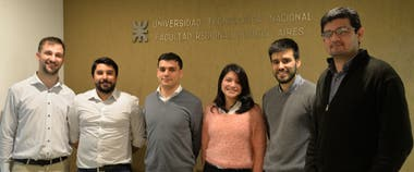Los estudiantes ganadores del concurso: Esteban Escudero, Ian Carlos Alvarenga, Juan Cruz Tauterys, María Junco, Maximiliano Mavica, y el coordinador, el Ing. Agustín Ibarra