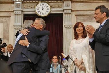 Alberto Fernández asume como Presidente de la Nación, Mauricio Macri le coloca la Banda Presidencial y le entrega el Bastón, los acompaña la vicepresidenta Cristina Kirchner