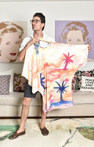 El artista Javier Barilaro estampó dos vestidos de corte amplio y comodo con sus obras. Juntos, eligieron frases y palmeras como leiv motiv