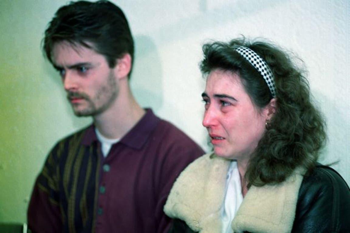 Denise y Ralph, los padres de James Bulger, en una conferencia de prensa posterior al hallazgo del cuerpo de su hijo