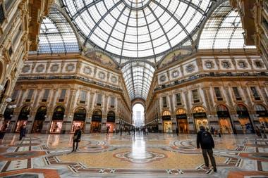 La galería Vittorio Emanuele II en Milán se encuentra casi vacía tras la llegada del coronavirus al norte de Italia