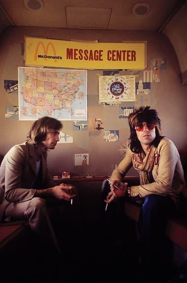 """Charlie Watts y Keith Richards en el avión de las giras de los Stones de 1972. """"En esa época estábamos empezando con la cultura de la fama. Ellos estaban en la cima de la pirámide. Mientras yo sacaba la foto, detrás mío estaba Truman Capote"""""""