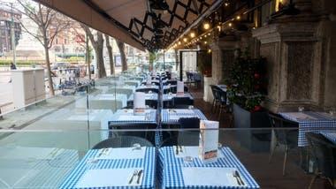 Las mesas tendrán que estar separadas unas de otras por dos metros de distancia