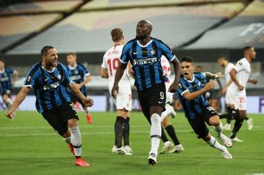 El belga Romelu Lukaku infla el pecho luego de convertir el primer gol de Inter en la final de la Europa League ante Sevilla. Detrás suyo, Lautaro Martínez se suma al festejo.