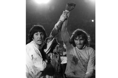 Los jugadores de Boca Juniors de Argentina Hugo Gatti, derecha, Ernesto Mastrangelo, centro, y Daniel Pavón calebrate después de la tanda de penales de la final de la Copa Libertadores en Montevideo, Uruguay, el miércoles 14 de septiembre de 1977.