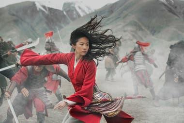 Yifei Liu, en una escena de combate del film Mulán