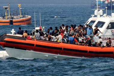 Una lancha patrullera de la Guardia Costera italiana transporta migrantes hacia el puerto de Palermo, Sicilia, el 17 de septiembre de 2020