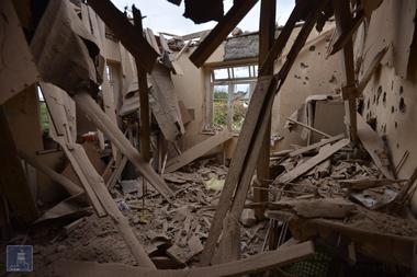 Una vista de una casa que se dice que fue dañada en los recientes bombardeos durante los enfrentamientos entre separatistas armenios y Azerbaiyán en la región separatista de Nagorno-Karabaj