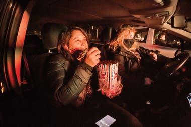 Ajústense los cinturones: pochoclo dentro del vehículo en el autocine montado Ingeniero Maschwitz