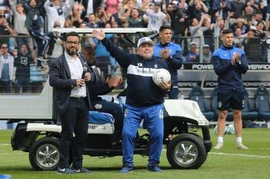 Maradona llenó el estadio del Bosque para su presentación oficial como DT de Gimnasia
