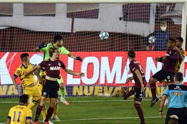 Con la ayuda de un puño, José Sand consigue el 1-1; es el séptimo gol del delantero de 40 años a Boca.