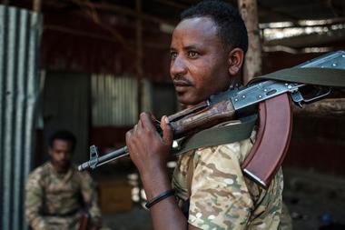 Un miembro de las Fuerzas Especiales de Amhara mira mientras sostiene su rifle en el 5to Batallón del Comando Norte del Ejército de Etiopía en Dansha, Etiopía, el 25 de noviembre de 2020