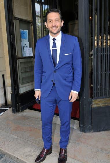 Germán Paoloski, sonriente y de azul, listo para la foto
