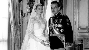 Grace Kelly y el príncipe Rainiero III de Mónaco, en el día de su boda