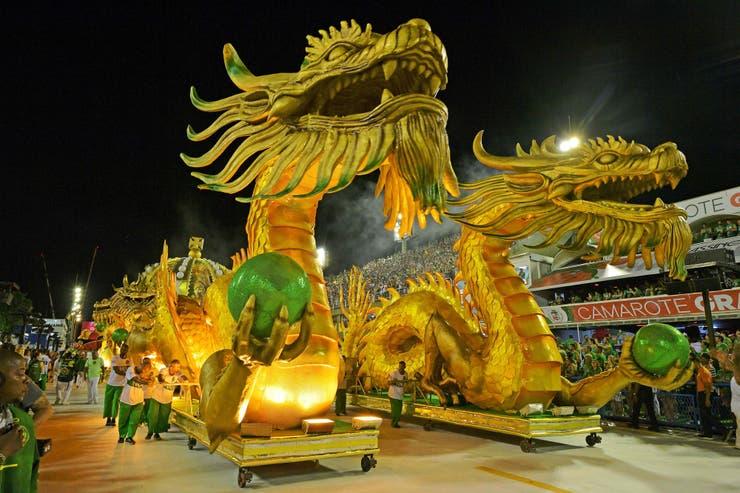 Dos dragones encabezan la procesión de la escuela de samba Imperio Serrano