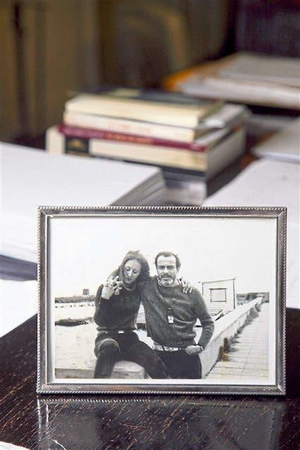 """""""En esta foto estoy con Abelardo la primera vez viajó a Junín, a casa de mis padres -cuenta Iparraguirre-. Fui muy feliz al encontrarla, en una reproducción chiquita que pude ampliar y rescatar"""""""
