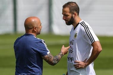 Sampaoli e Higuaín dialogan en el entrenamiento de este martes de la selección argentina