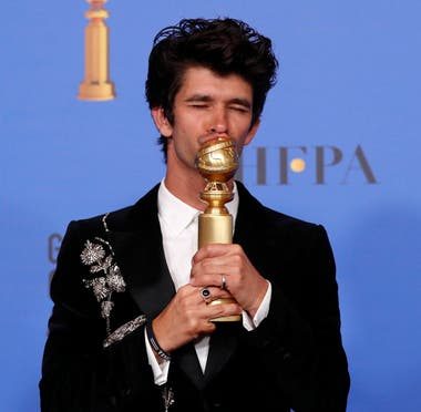 Ben Whishaw y su premio por A Very English Scandal
