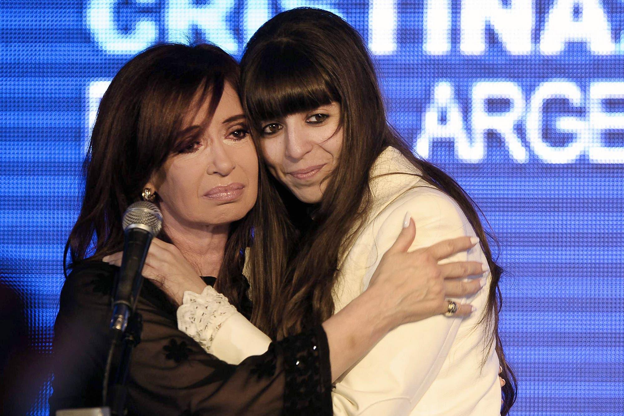 Florencia Kirchner pidió que la Justicia la autorice a permanecer en Cuba hasta que reciba el alta