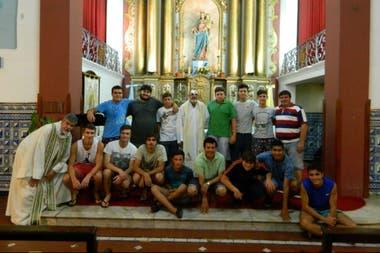 En una capilla en Ferré, junto a un grupo de jóvenes
