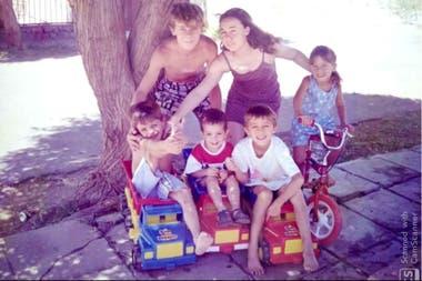Karim Rearte junto a sus hermanos, en la vereda de su pueblo