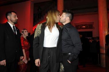 Lizy y Leo sellaron su reconciliación con un beso, en la entrada del teatro Liceo