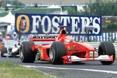 La F-2000 de Schumacher perseguida por el McLaren de Häkkinen en el circuito de Suzuka