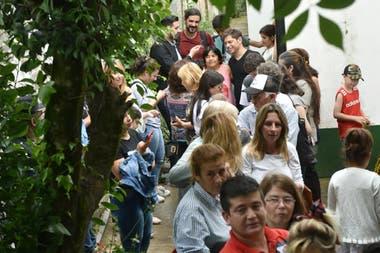 Axel Kicillof se toma una selfie con una seguidora mientras hace la cola para votar en la escuela número 10 de Manzanares, partiido de Pilar