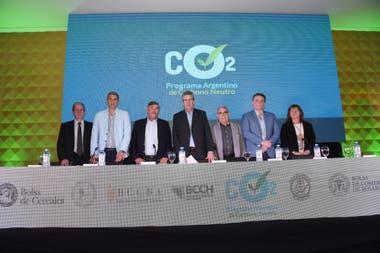 Representantes de las diversas Bolsas del país y del gobierno durante la presentación del Programa Argentino de Carbono Neutro para Alimentos, Bebidas y Bioenergías de Exportación (Pacn)