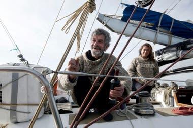 Auguin está embarcado con su pareja, la chilena Carolina Lisset Cárcamo Asencio, y su sobrino -también francés- Jules Gaspard Auguin