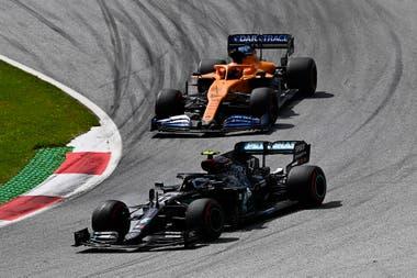 Valtteri Bottas le lleva la delantera a Carlos Sainz, en una curva del circuito de Spielberg, Austria