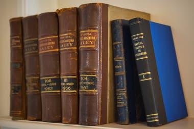 La biblioteca de Alfonsín ocupaba la mayoría de las paredes del living