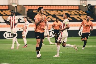 Raúl Jiménez festeja su gol. Wolverhampton ya está en los cuartos de final luego de dejar afuera a Olympiacos de Grecia